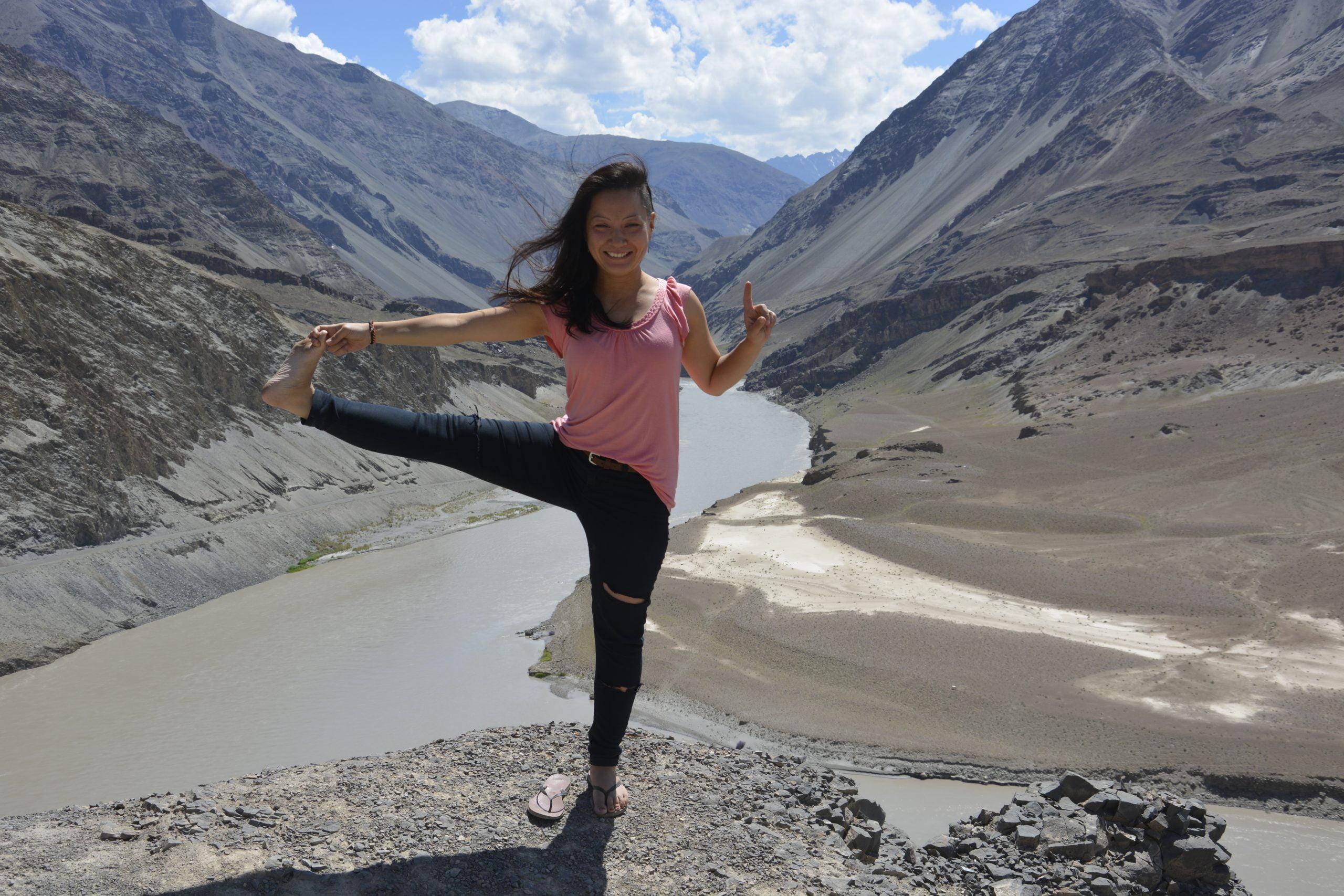 evia yoga solingen yoga-pose baum vrikshasana vor himalaya kulisse indus zanskar sangam zusammenfluss