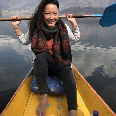 evia yoga solingen paddelnd auf dem dal lake kaschmir srinagar indien