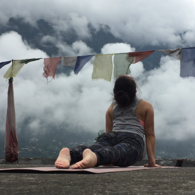 evia yoga solingen yoga-pose heraufschauender hund urdhva mukha svanasana in himalaya wolken vinyasa flow
