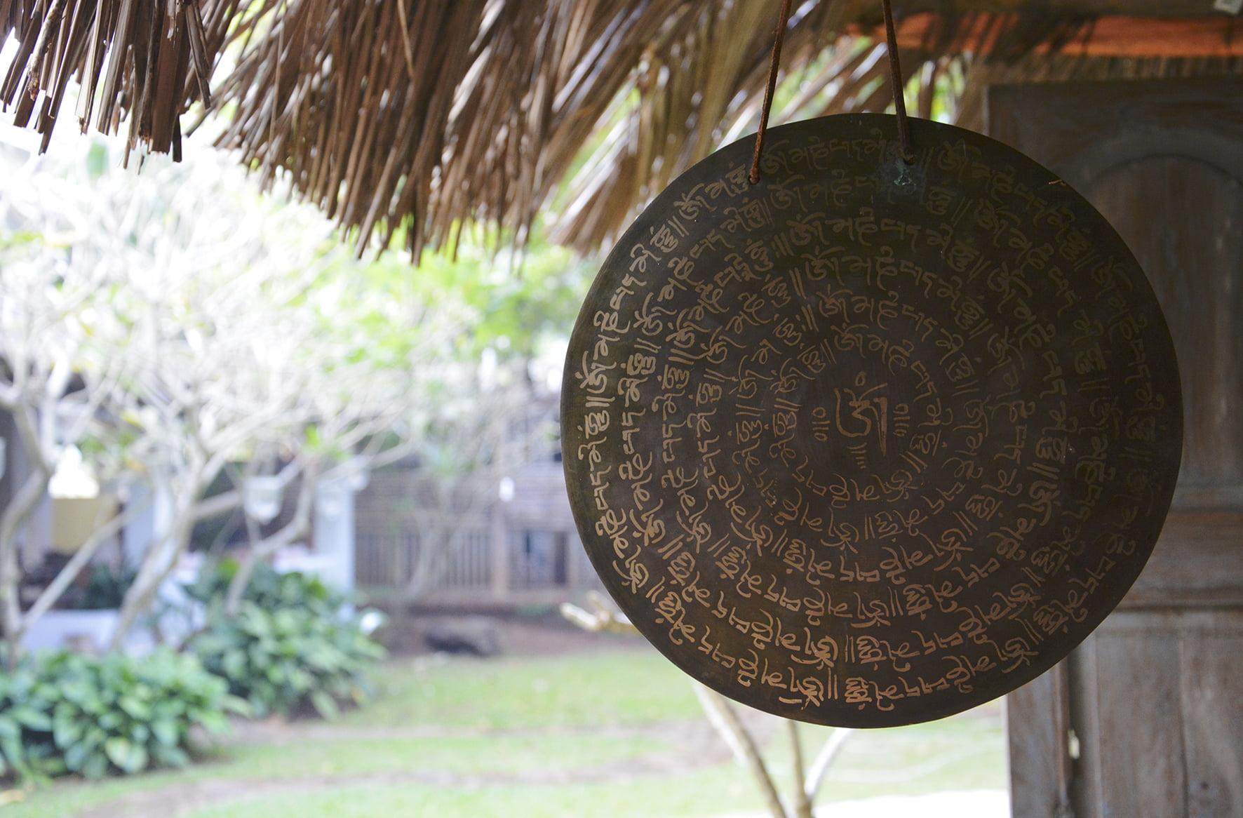 evia yoga solingen gong mit sanskrit symbolen