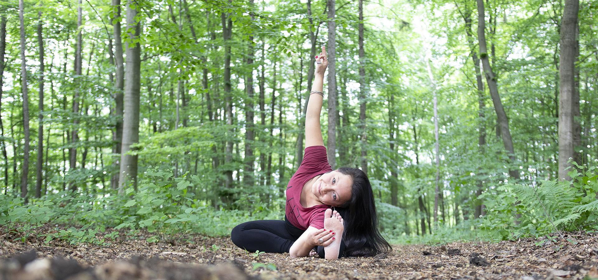 evia yoga-pose solingen outdoor wald janu shirshasana variante