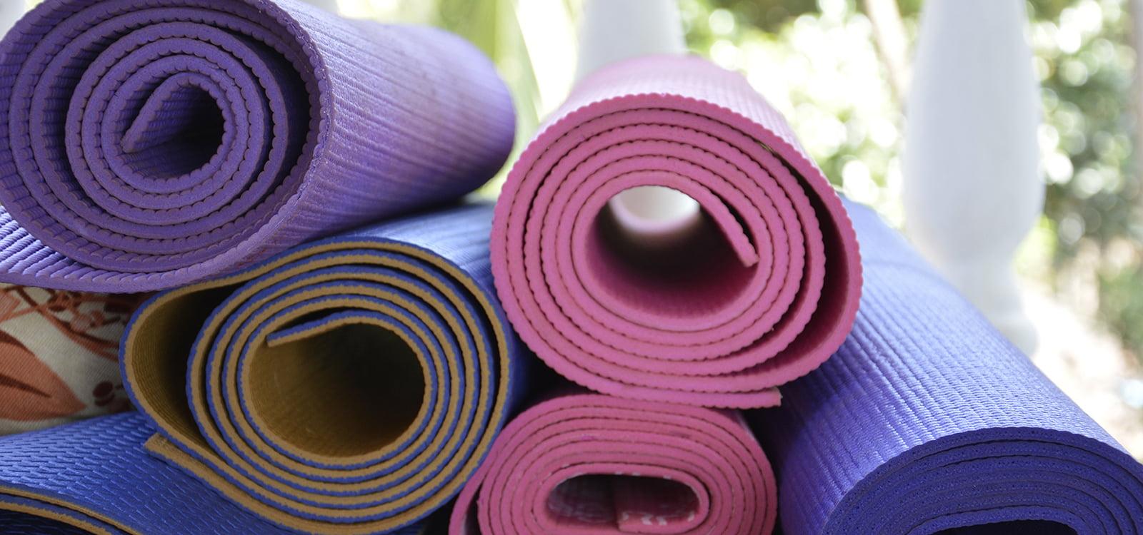 evia yoga solingen bunte yogamatten gerollt gestapelt